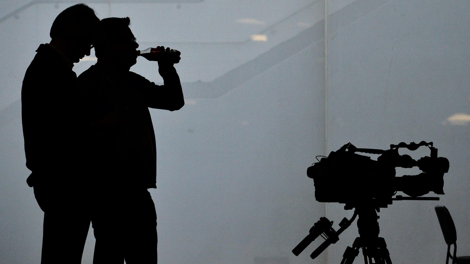 Jornalistas bebem água no centro de imprensa do Itaquerão na partida entre Holanda e Chile