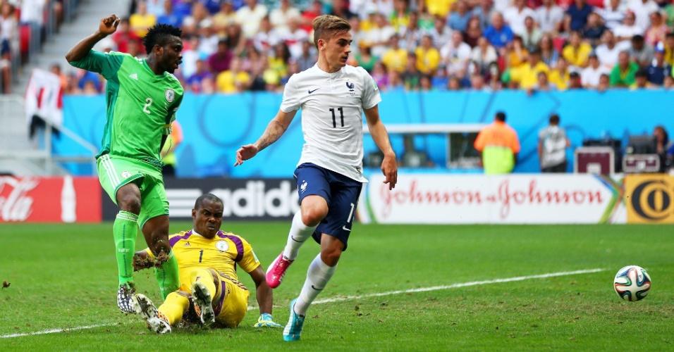 30.jun.2014 - Joseph Yobo (camisa 2 da Nigéria) desvia e faz contra, finalizando a vitória da França por 2 a 0 no Mané Garrincha