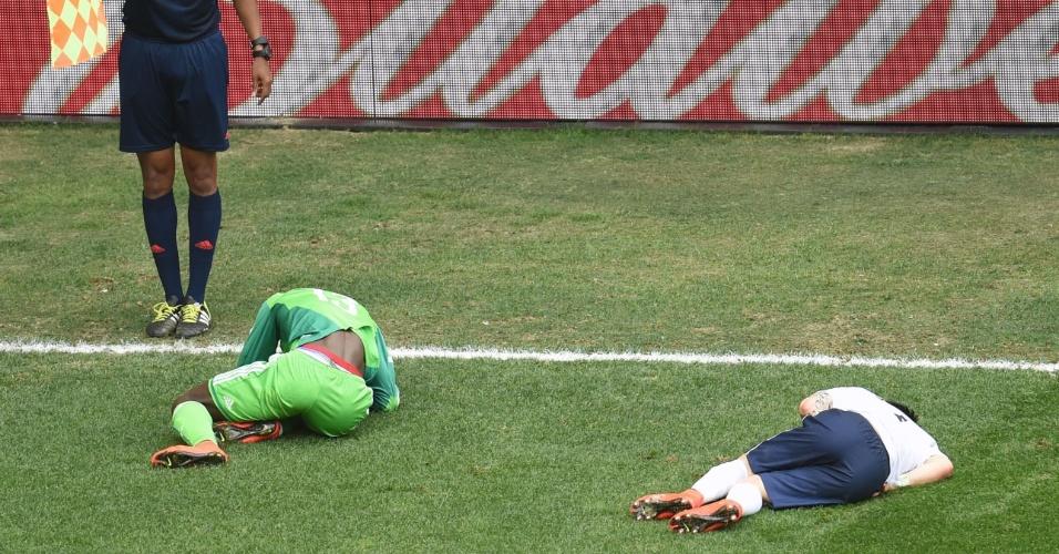 30.jun.2014 - Juwon Oshaniwa, da Nigéria, e Mathieu Valbuena, da França, ficam caídos no gramado do estádio Mané Garrincha