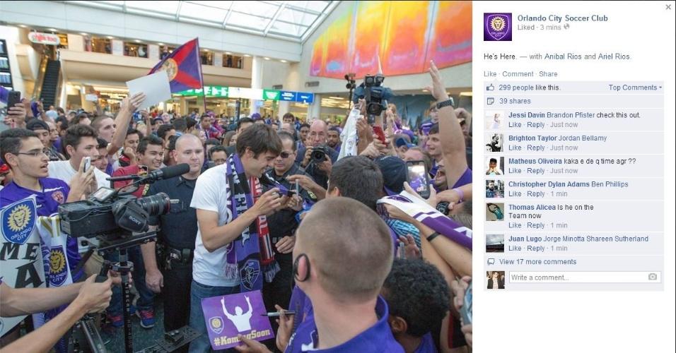 Kaká é recepcionado por centenas de pessoas em Orlando