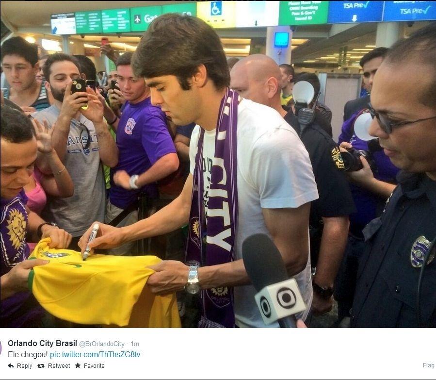 Kaká já dá autógrafo ao chegar a Orlando