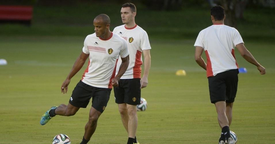 Kompany e Vermaelen durante treino da Bélgica, em Salvador