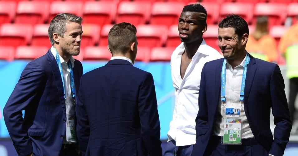30.jun.2014 - Landreau, Paul Pogba e Franck Raviot conversam enquanto observam o estado do gramado Mané Garrincha para o jogo contra a Nigéria