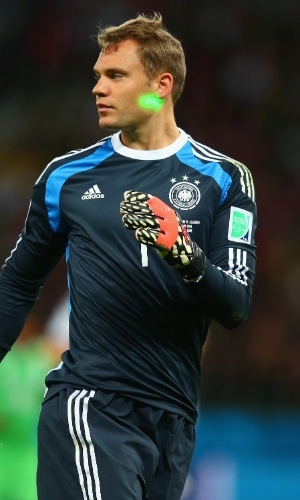 30.jun.2014 - Laser é apontado para o rosto do goleiro alemão Manuel Neuer, no Beira-Rio, pelas oitavas de final da Copa