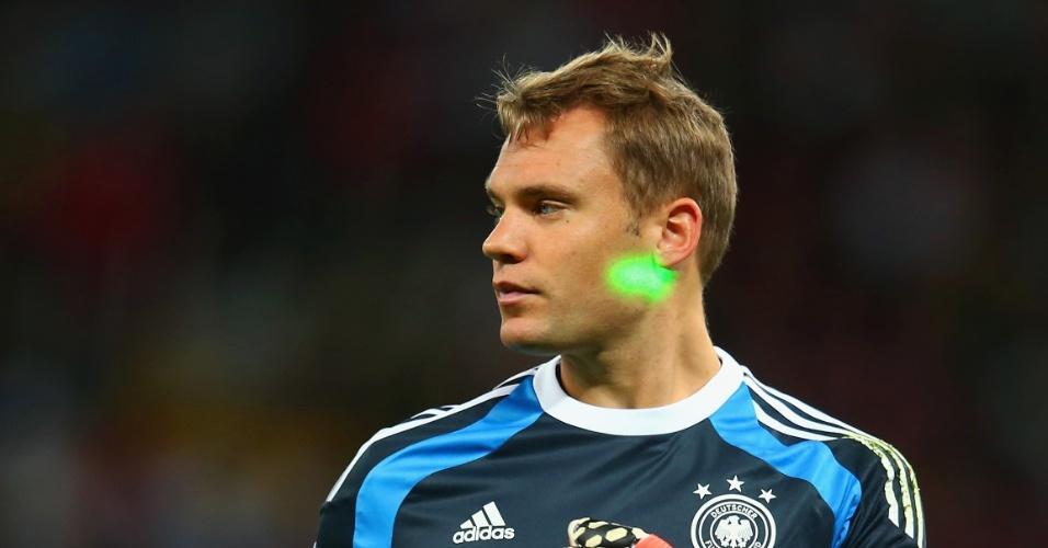 Laser é apontado para o rosto do goleiro alemão Manuel Neuer, no Beira-Rio, pelas oitavas de final da Copa