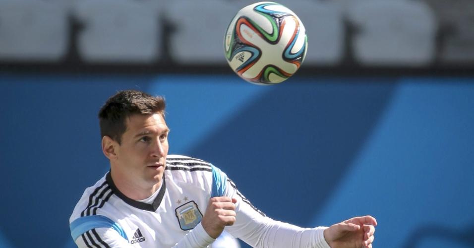 Lionel Messi se prepara para cabecear a bola durante treino da Argentina em São Paulo. Hermanos encaram a Suíça nesta terça-feira