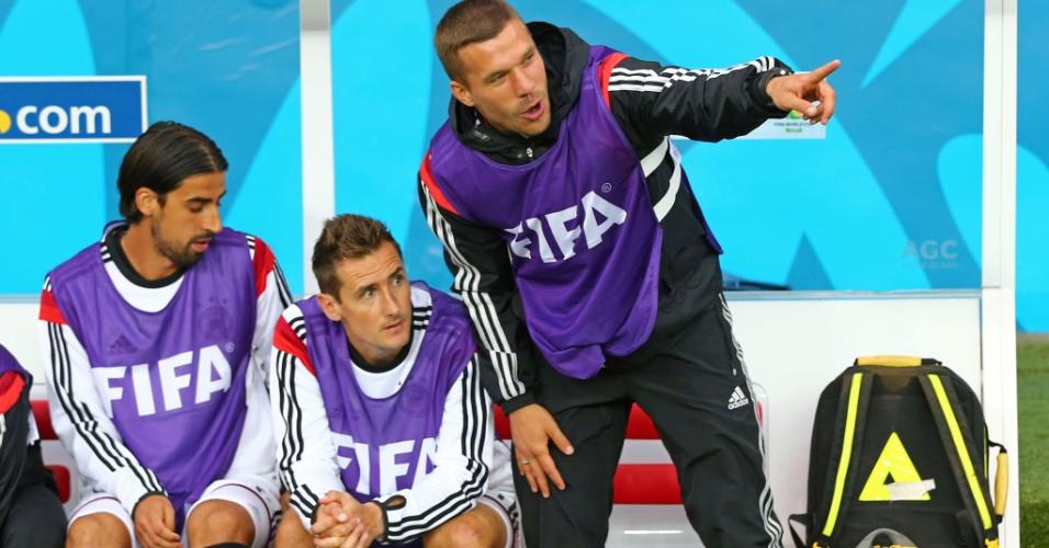 30.jun.2014 - Lukas Podolski conversa com Klose e Khedira durante o jogo da Alemanha contra a Argélia