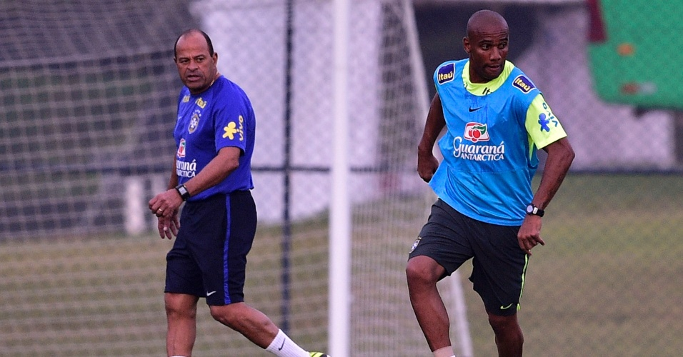 Observado pelo preparador físico Paulo Paixão, lateral Maicon conduz a bola durante treino da seleção brasileira na Granja Comary