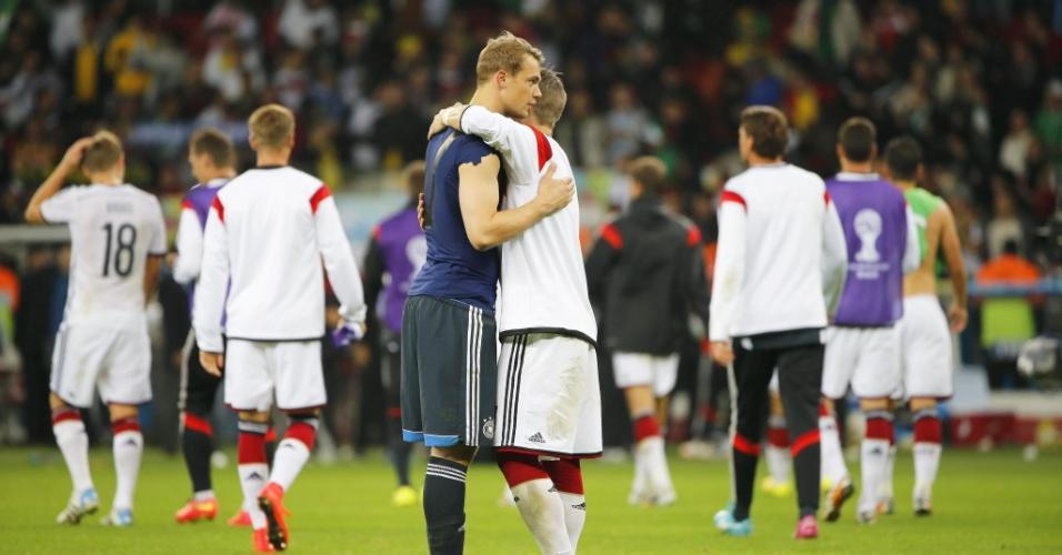 30.jun.2014 - Manuel Neuer comemora com Bastian Schweinsteiger a vitória sobre a Argélia por 2 a 1, na prorrogação, no Beira-Rio