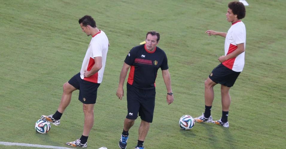 Marc Wilmonts, técnico da Bélgica, comanda a equipe em treinamento, em Salvador