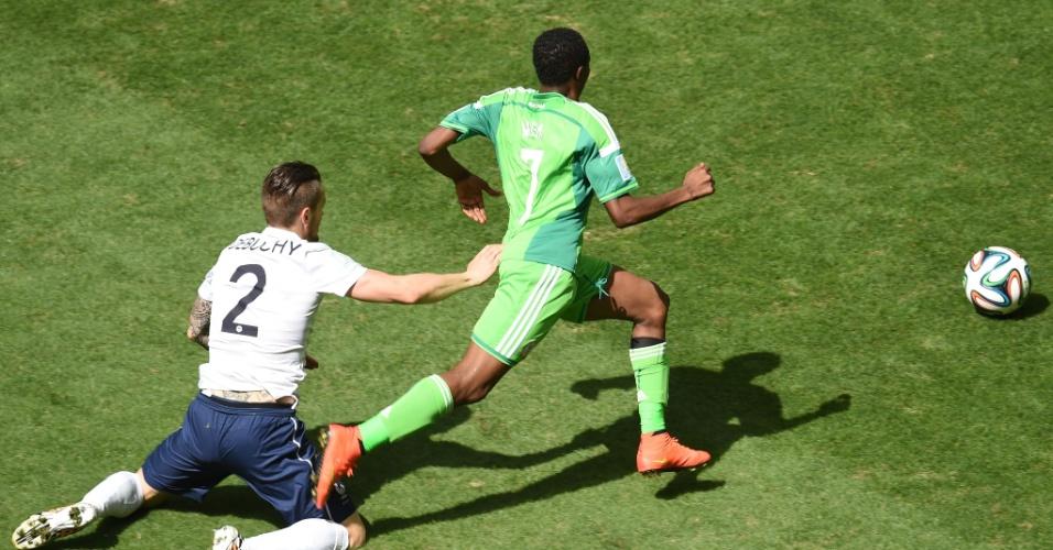 30.jun.2014 - Mathieu Debuchy, da França, fica caído no gramado ao tentar marcar o nigeriano Ahmed Musa, no Mané Garrincha