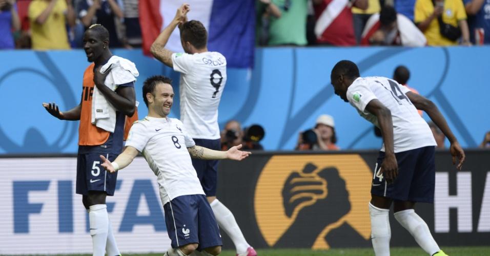 Mathieu Valbuena comemora com Matuidi a vitória da França sobre a Nigéria por 2 a 0 no Mané Garrincha