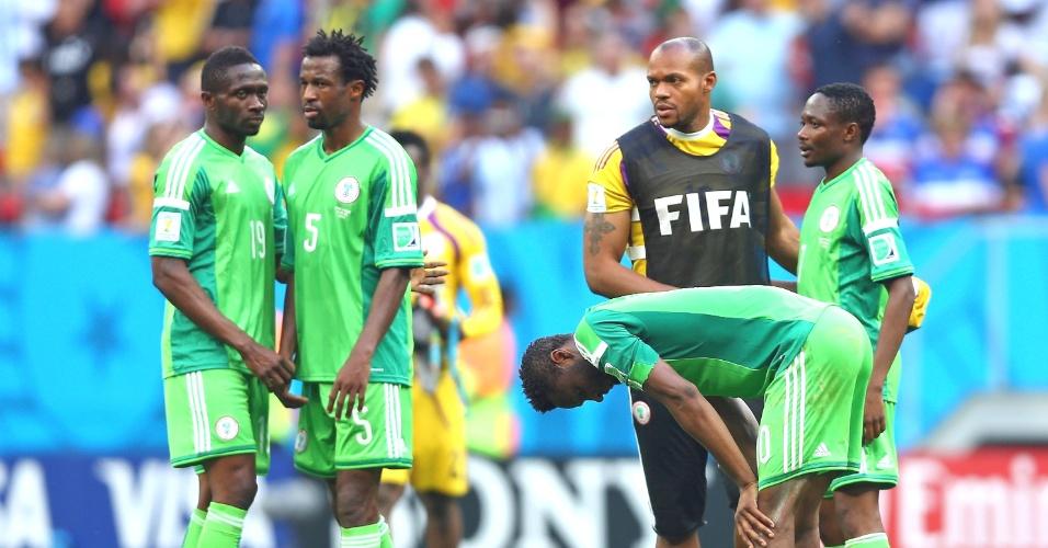 30.jun.2014 - Nigerianos lamentam a derrota para a França e a eliminação na Copa do Mundo nas oitavas de final