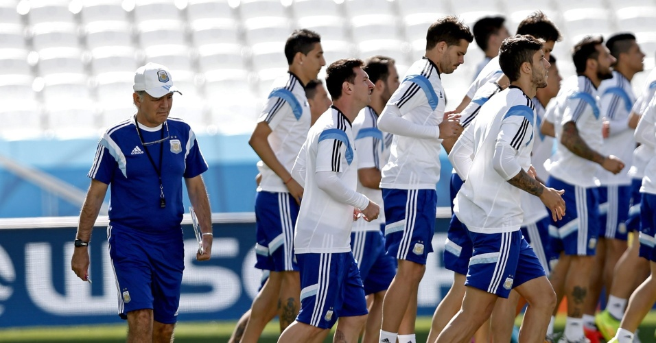 Observados pelo técnico Alejandro Sabella, jogadores da Argentina correm durante treino em São Paulo. Equipe encara a Suíça nesta terça