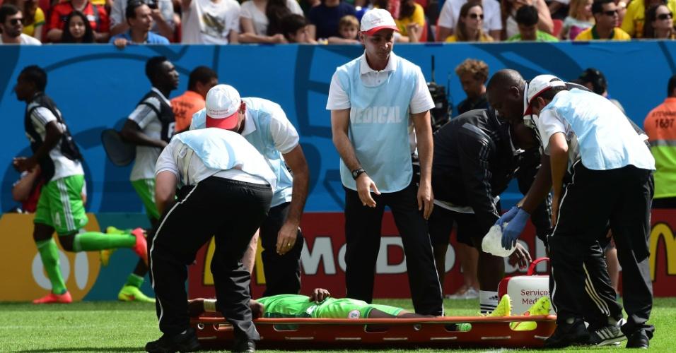 30.jun.2014 - Ogenyi Onazi, da Nigéria, é retirado de maca na partida contra a França, no estádio Mané Garrincha