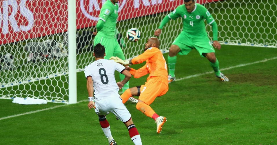 Özil aproveita sobra na área e marca o segundo da Alemanha na vitória sobre a Argélia na prorrogação, por 2 a 1, no Beira-Rio