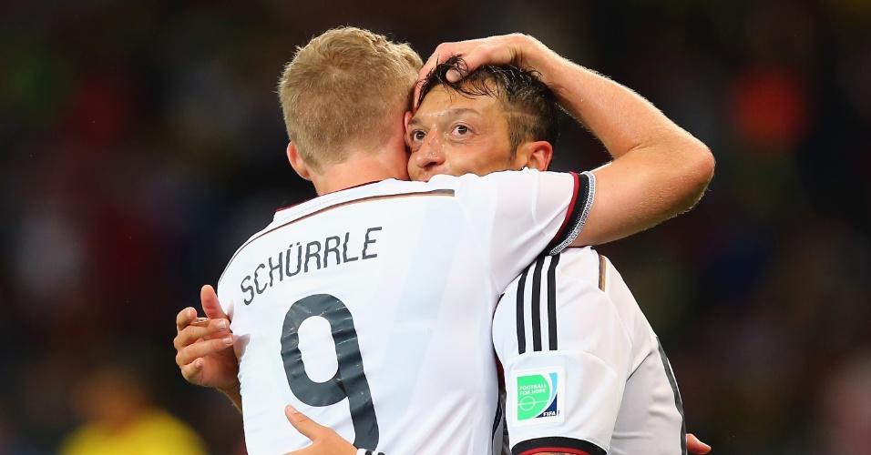 30.jun.2014 - Özil comemora com Schürrle após marcar o segundo da Alemanha contra a Argélia, no Beira-Rio. Os alemães venceram por 2 a 1 na prorrogação e estão nas quartas de final