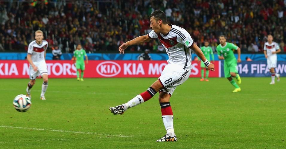 Özil marca o segundo da Alemanha contra a Argélia, aos 14min do segundo tempo da prorrogação. Os alemães venceram por 2 a 1 no Beira-Rio e enfrentarão a França nas quartas de final da Copa