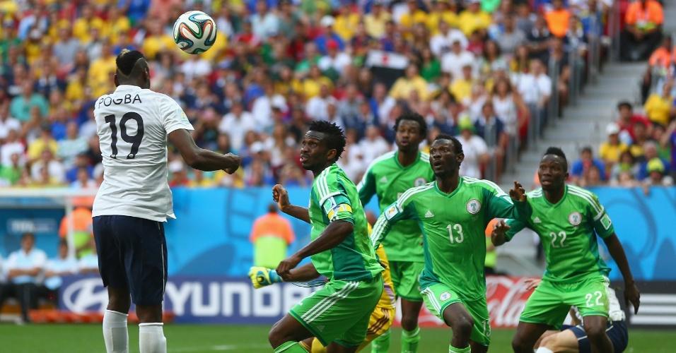 30.jun.2014 - Paul Pogba cabeceia colocado e faz o primeiro gol da França contra a Nigéria, no Mané Garrincha