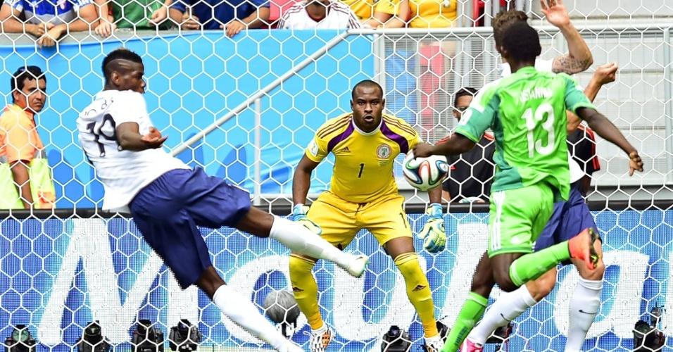 30.jun.2014 - Pogba, da França, acerta finalização dentro da área, mas goleiro nigeriano Enyeama faz grande defesa no Mané Garrincha
