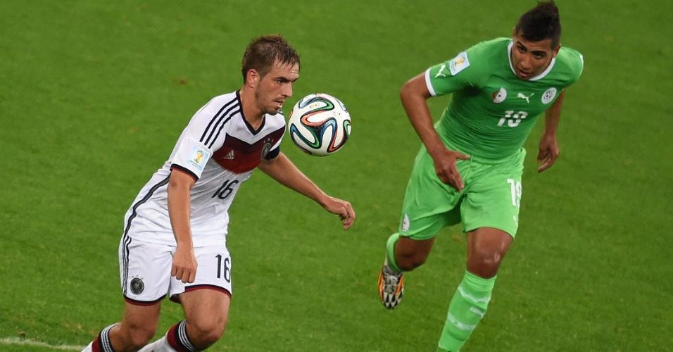30.jun.2014 - Philipp Lahm domina a bola, sob a marcação do argelino Saphir Taider