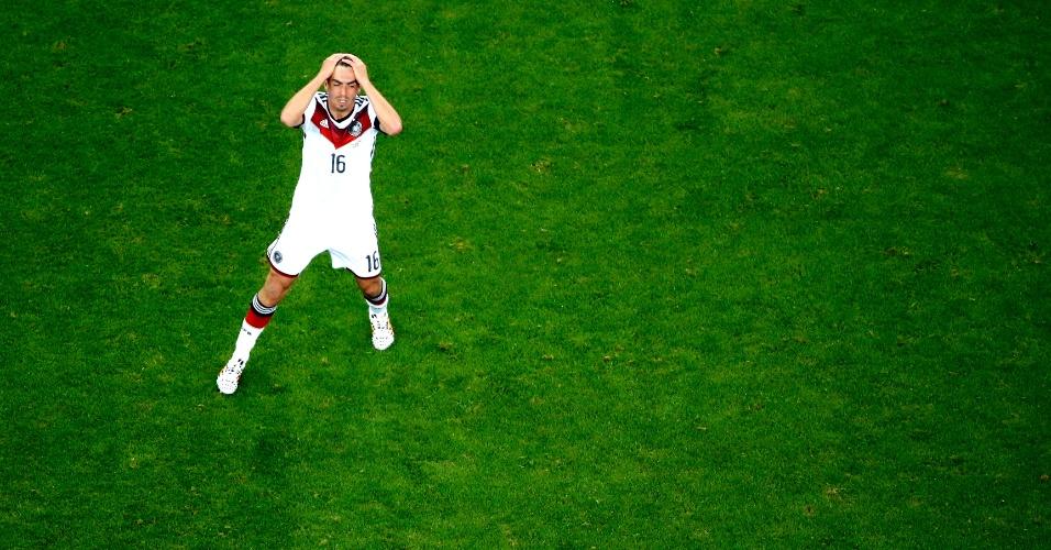 30.jun.2014 - Philipp Lahm lamenta durante a difícil vitória da Alemanha sobre a Argélia por 2 a 1, no Beira-Rio. Os europeus ganharam na prorrogação