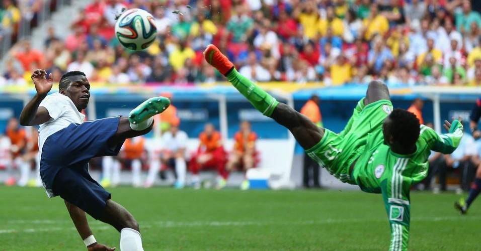 30.jun.2014 - Pogba, da França, divide a bola com Juwon Oshaniwa, da Nigéria, durante o jogo no Mané Garrincha