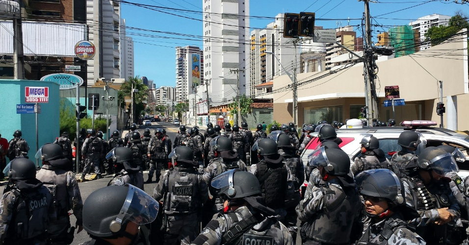 Polícia faz cordão na fan fest de Fortaleza para tentar inibir protesto