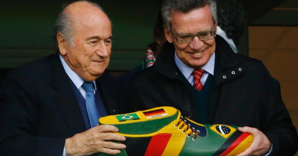 30.jun.2014 - Presidente da Fifa, faz pose para foto ao lado ao lado de ministro alemão durante o jogo no Beira-Rio