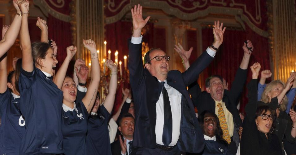 Presidente da França, François Hollande, comemora gol da França contra a Nigéria, no Palácio do Eliseu