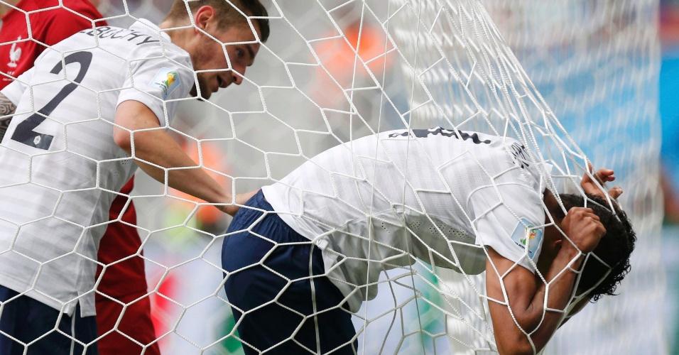 30.jun.2014 - Raphael Varane fica enroscado na rede durante a vitória da França por 2 a 0 contra a Nigéria no Mané Garrincha