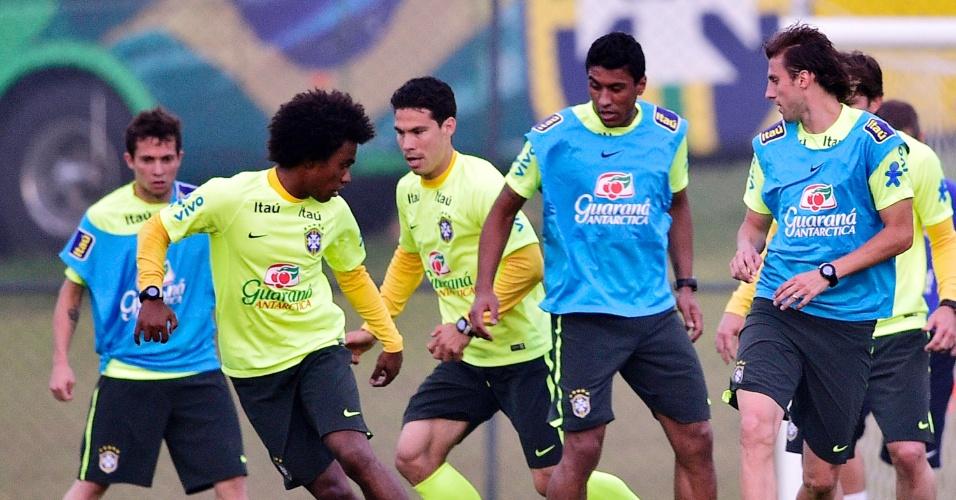 Reservas do Brasil realizam treino físico com bola no gramado da Granja Comary. Titulares foram para piscina