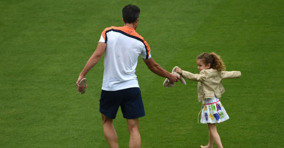 Robin van Persie brinca com sua filha Dina durante treino da Holanda no Rio de Janeiro