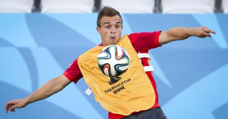 Shaqiri domina a bola no peito em treinamento da Suíça, no Itaquerão