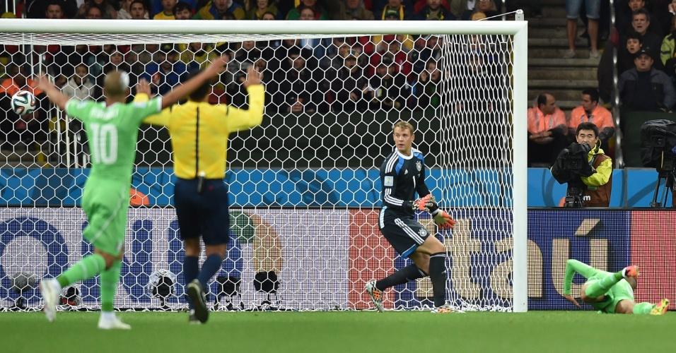 30.jun.2014 - Slimani fica no chão após o árbitro anular gol da Argélia contra a Alemanha, no Beira-Rio
