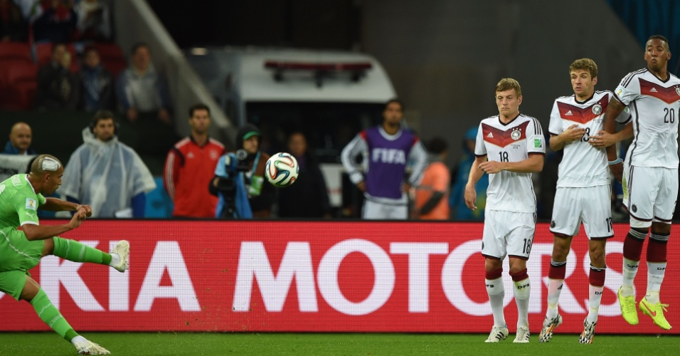 30.jun.2014 - Sofiane Feghouli, da Argélia, faz pose para cobrar falta contra a Alemanha, mas não levou perigo ao gol de Neuer no Beira-Rio