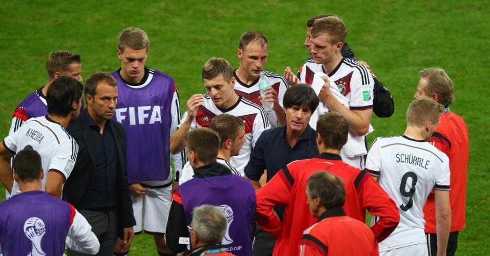 30.jun.2014 - Técnico alemão Joachim Löw conversa com seus jogadores antes do início da prorrogação contra a Argélia