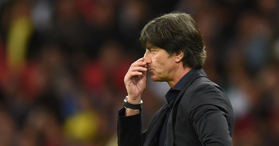30.jun.2014 - Técnico da Alemanha, Joachim Löw, parece não gostar da atuação de sua equipe contra a Argélia, no Beira-Rio