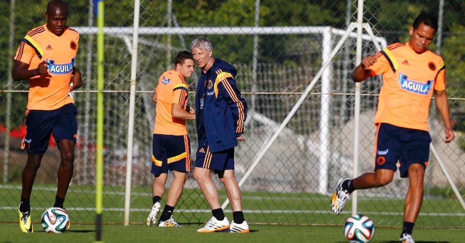 Técnico da Colômbia José Pekerman orienta seus jogadores em treino da seleção, em Cotia