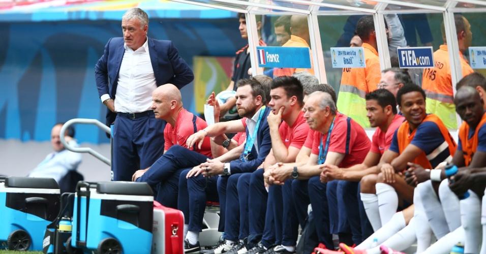 30.jun.2014 - Técnico da França, Didier Deschamps, observa a partida contra a Nigéria, no Mané Garrincha