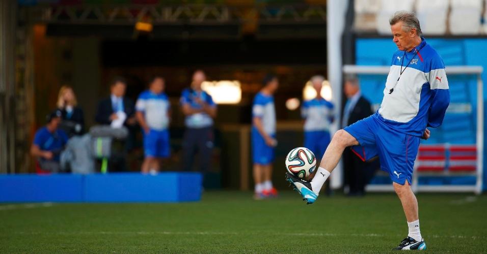 Técnico da Suíça Ottmar Hitzfeld mostra familiaridade com a bola em treinamento da equipe no Itaquerão