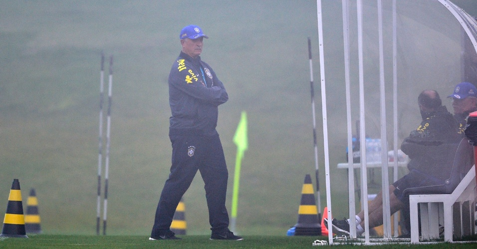 Técnico Felipão caminha pelo gramado da Granja Comary durante treino da seleção brasileira
