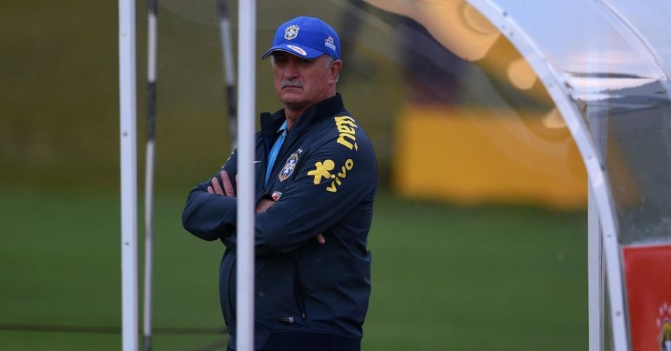 Técnico Felipão observa treino do Brasil na Granja Comary