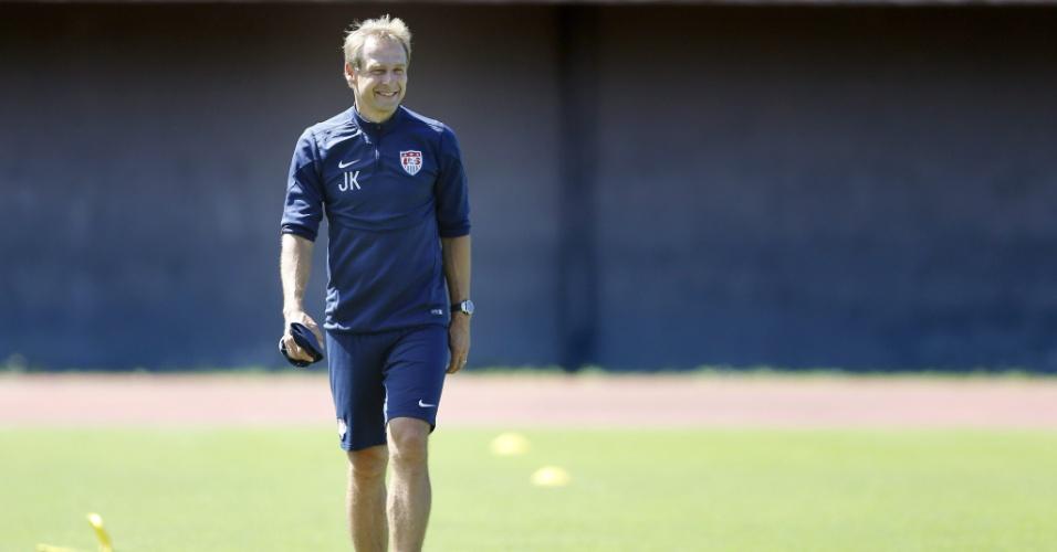Técnico Jüergen Klinsmann sorri durante treino dos Estados Unidos em Salvador. Time volta a campo nesta terça para enfrentar a Bélgica