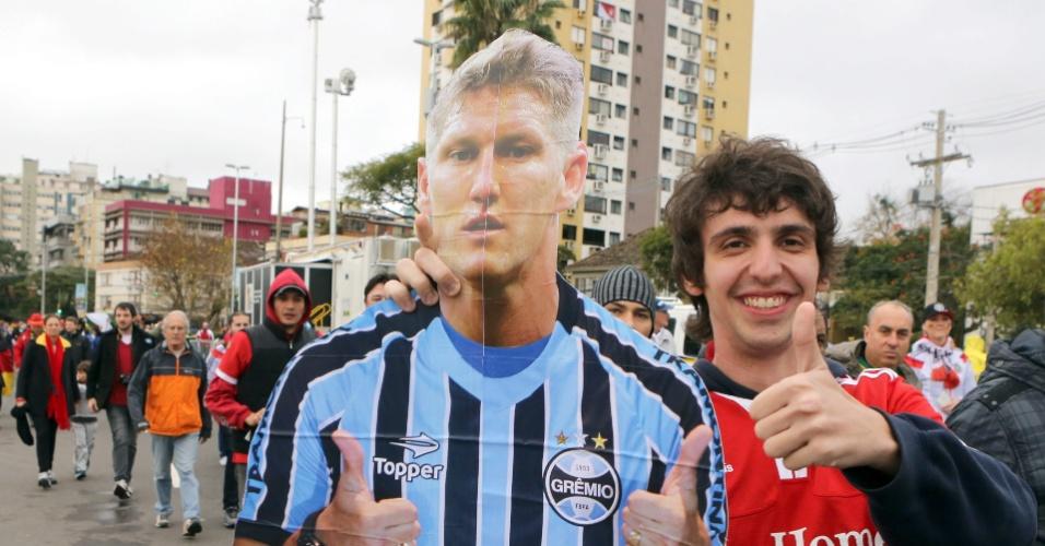 30.jun.2014 - Torcedor leva cartaz gigante de Schweinsteiger com a camisa do Grêmio ao Beira-Rio, para o jogo entre Alemanha e Argélia