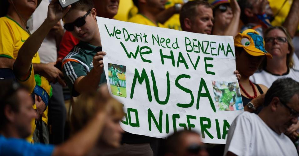 """30.jun.2014 - Torcedor nigeriano segura cartaz que diz: """"Não precisamos de Benzema. Nós temos Musa. Vai Nigéria"""""""