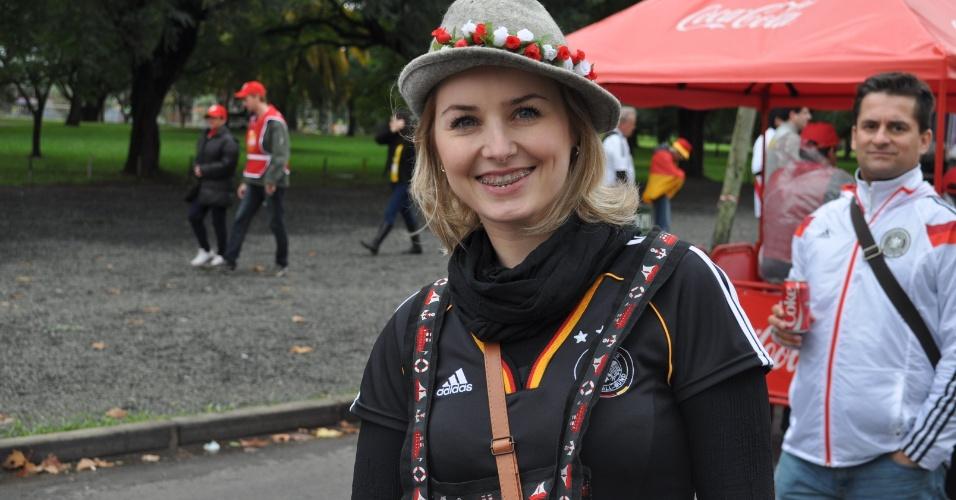 30.jun.2014 - Torcedora alemã sorri antes da partida contra a Argélia, no Beira-Rio, em Porto Alegre