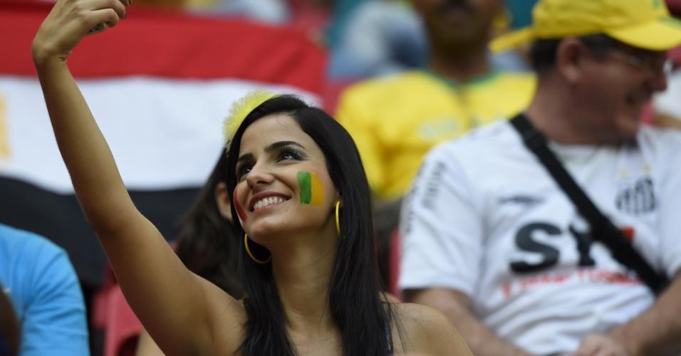 Torcedora faz selfie no estádio Nacional, em Brasília, onde França e Nigéria jogaram pelas oitavas de final