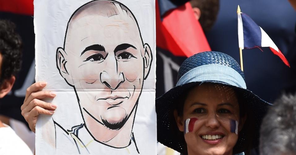 30.jun.2014 - Torcedora leva caricatura do francês Benzema na partida contra a Nigéria, no Mané Garrincha
