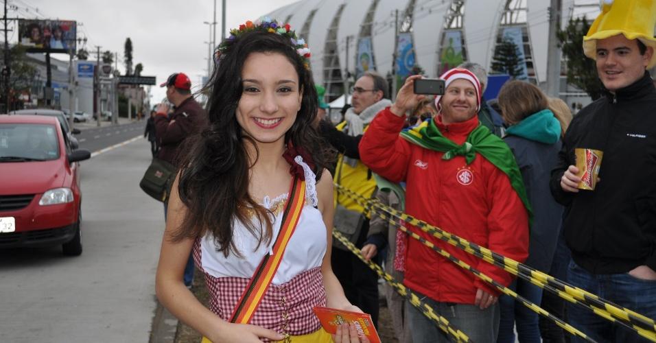 30.jun.2014 - Torcedora sorri nos arredores do Beira-Rio antes da partida entre Alemanha e Argélia
